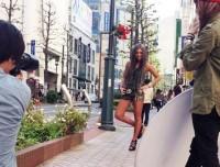 渋谷の街中でスナップを撮る宇津木秀美さん