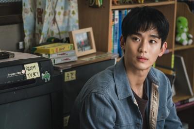 Netflixオリジナルシリーズ『サイコだけど大丈夫』で主演の精神病棟の保護士ムン・ガンテを演じたキム・スヒョン