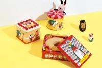 メーリーゴーランド缶「遊び心が詰まった、小さな移動遊園地。」、動物ケーキ缶「ケーキの周りで動物たちが奏でるアンサンブル。」、100人サンタ缶「カラフルで個性的な100人のサンタクロース。」絵本作家・谷口智則さんデザイン