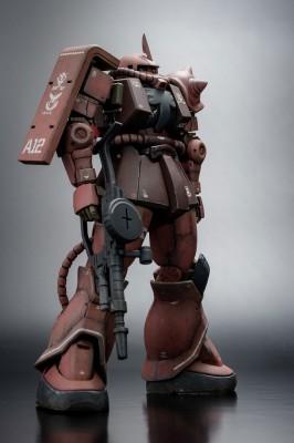 堂々の立ち姿 HG 機動戦士ガンダム THE ORIGIN シャア専用ザクII 制作・画像提供/ろろ氏 (C)創通・サンライズ