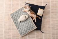 お布団で眠る手のひらサイズの猫たち