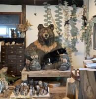 大きなクマの彫刻が大好きでいつも熊のお腹のところで丸くなっている月くん