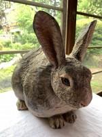 生きているかのような瞳を表現した彫刻のウサギ