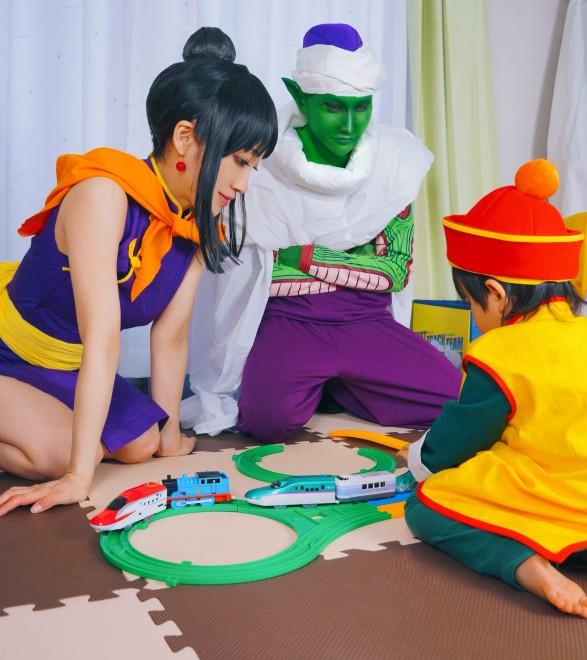 プラレールで遊ぶ、ピッコロ一家(画像提供:みかんくん)