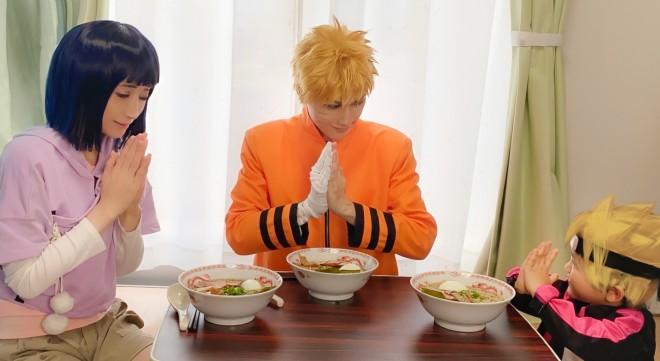 ご飯を食べる、NARUTO一家。食べているのは、『一楽』のラーメン?!