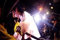 ライブで歌うボーカル・人生ダメ子さん