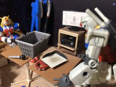 カラオケの描写など細かい小道具が増えている 制作・画像提供/石澤ぐり氏 (C)創通・サンライズ