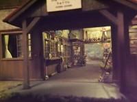 【鉄道模型に重量感を求めて氏コメント】昭和のある終戦記念日を想定し作ったこのジオラマ駅。約200の小物を自作し駅舎の中に配置しました。今では殆ど見られない、当時当たり前にあった身の回りの物が沢山詰まっています。