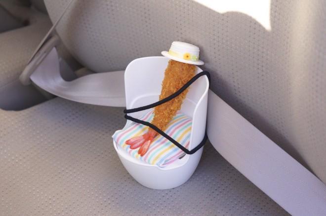 「車に乗るときは、エビフライ用シートへ座ります。」 えびふらいふさんTwitterより