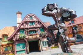 映画『美女と野獣』に登場する村のお店をイメージした商品施設「ビレッジショップス」