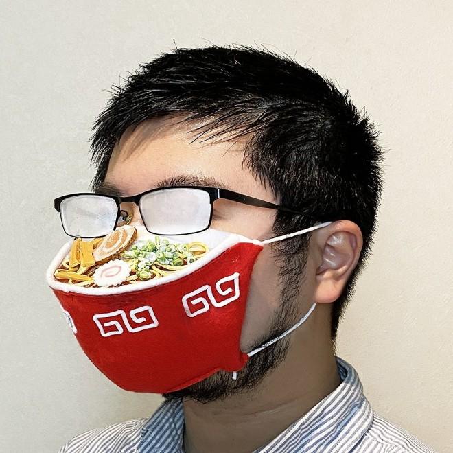 メガネが曇るほどラーメンが熱々に見えるマスク 制作・画像提供/しばたたかひろ氏