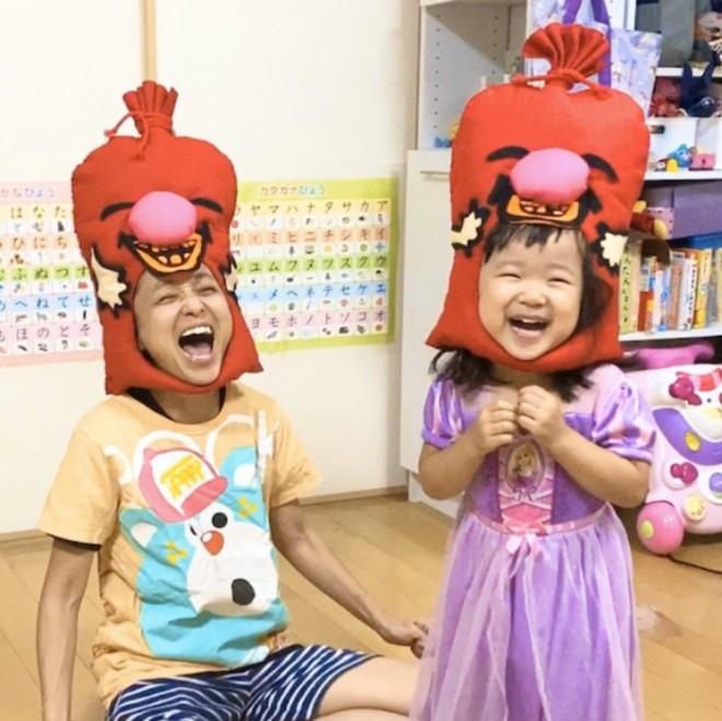 家で「笑い袋」の被り物をする金田朋子と千笑ちゃん 写真:ご本人提供