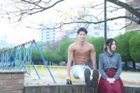 デート中に公園で一休みするマッチョ