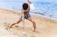 砂浜でゴミを仕留めるマッチョ