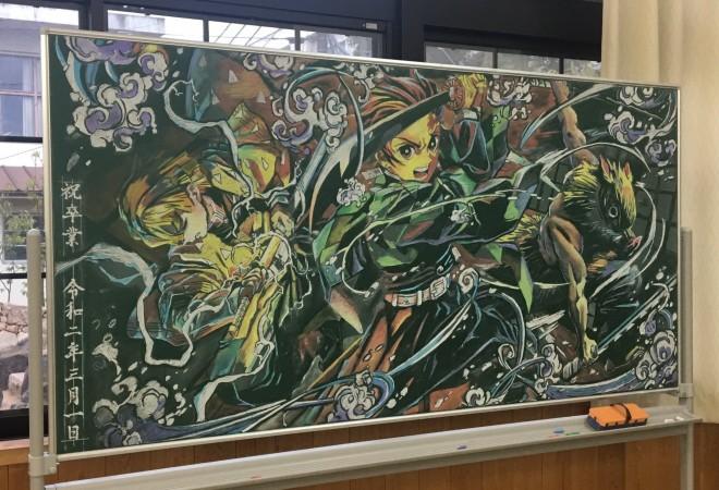 『鬼滅の刃』を描いた黒板アート (C)はまー
