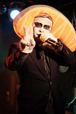 ライブ活動を行うシャケーザさん 写真提供/シャケーザ氏