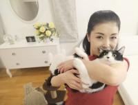 藤さんの腕の中でおすまし顔のオレオちゃん(画像提供:藤あや子さんTwitterより)