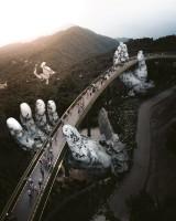「神の手」によって支えられる道路(ベトナム)