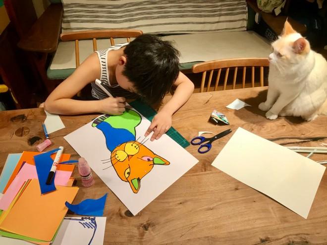 独特なタッチで描かれるネコの切り絵&制作風景 (C)なみそ
