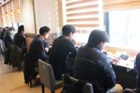 東新宿店、喫煙可の2階は飲食と喫煙ができる。煙やにおいも気にならない