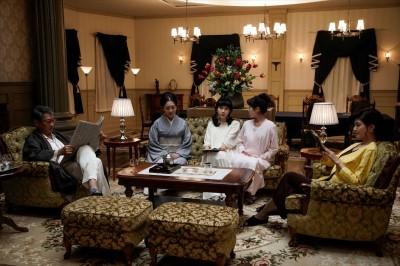 『連続ドラマW 華麗なる一族』第3話より(左から)大介(中井貴一)、寧子(麻生祐未)、二子(松本穂香)、三子(福本莉子)、相子(内田有紀)(全12話)  (C)WOWOW