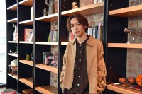 インタビューを受ける小野賢章