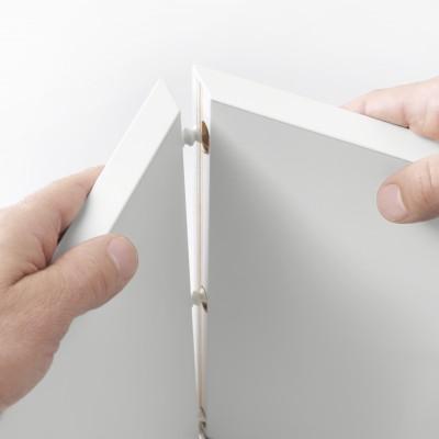 穴にくさび式のダボをはめ込んで簡単に組み立てられる家具も(C)イケア・ジャパン