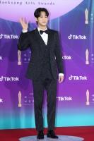 ドラマ『サイコだけど大丈夫』(Netflixで配信中)主演のキム・スヒョン=『第57回 百想芸術大賞』レッドカーペット