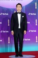 『サイコだけど大丈夫』(Netflixで配信中)テレビ部門 助演男優賞を受賞したオ・ジョンセ=『第57回 百想芸術大賞』レッドカーペット