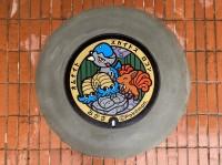 三笠市立博物館敷正面玄関前に設置された、ポケモンマンホール蓋(通称:ポケフタ)