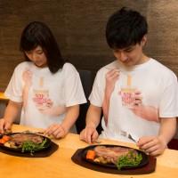 遠目で見ると本当にカップヌードルを食べているように見える『カップヌードル食ってる風Tシャツ』