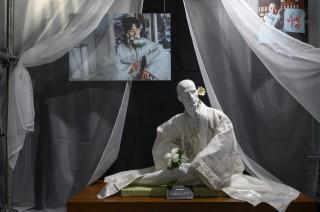 麗しい姿のパネルも…霊媒師に扮した際に着用した白い韓服 『スタジオドラゴン 韓ドラ展』ヴィンチェンツォ エリアより