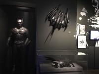 ヴァル・キルマーが着たバットマンのコスチューム、バットプレーン(上)、バットモービル(下)の模型(『バットマン フォーエヴァー』1995年)