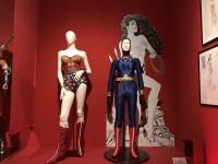 リンダ・カーターが着たワンダーウーマンのコスチューム、右はウエットスーツ(『ワンダーウーマン(TVシリーズ)』1975〜79年)
