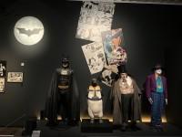 (左から)マイケル・キートンが着たバットマンのコスチューム(『バットマン』1989年)、アーマー着用のペンギン(『バットマン リターンズ』1992年)、ダニー・デビートが着たペンギンのコスチューム、ジャック・ニコルソンが着たジョーカーのコスチューム(『バットマン』1989年)