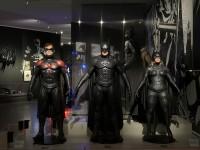 (左から)クリス・オドネルが着たロビン、ジョージ・クルーニーが着たバットマン、アリシア・シルバーストーンが着たバットガールのコスチューム(『バットマン & ロビン Mr.フリーズの逆襲』1997年)コスチューム