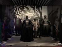 (左から)ヒース・レジャーが着たジョーカーのコスチューム(『ダークナイト』2008年)、クリスチャン・ベールが着たバットマンのコスチューム(『バットマン ビギンズ』2005年)、トム・ハーディーが着たベイン、クリスチャン・ベールが着たバットマンのコスチューム(『ダークナイト ライジング』2012年)