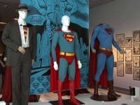 (左から)クリストファー・リーヴが着用したクラーク・ケントの衣装(『スーパーマンII』1980年)、クリストファー・リーヴが着用したコスチューム(『スーパーマン』1978年)、ブランドン・ラウスが着用したコスチューム(『スーパーマン リターンズ』2006年)』
