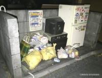 リアルすぎてミニチュア作品とは分からないクオリティーの「ゴミ捨て場」(画像提供:Mozuさん)