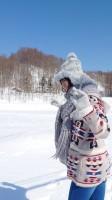 雪原のなかで笑顔を見せる櫻坂46・田村保乃(写真は写真集『一歩目』公式ツイッターより)