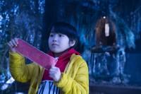 神社で真っ赤なおみくじを引いたケイ(寺田心)(C)2021『妖怪大戦争』ガーディアンズ
