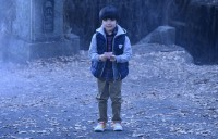 ケイが捨てた赤いおみくじを拾ってしまう弟のダイ(猪股怜生)(C)2021『妖怪大戦争』ガーディアンズ