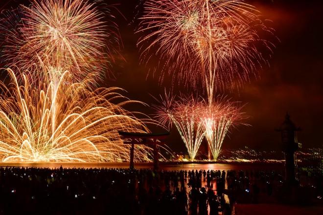 大鳥居と水中花火のコラボが魅力の「宮島水中花火大会」 (写真提供)宮島観光協会