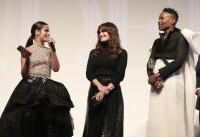 (左から)カミラ・カベロ、イディナ・メンゼル、 ビリー・ポーター