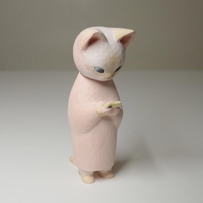 Twitterで大反響だった作品「スマホをみる猫」 写真提供:鑄さん
