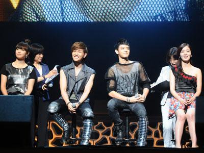 左からf(x)のビクトリア、SHINeeのオンユとミンホ、Secretのハンソナ