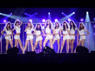 左からティファニー(21)、スヨン(20)、ジェシカ(21)、ヒョヨン(20)、ソヒョン(19)、ユナ(20)、テヨン(21)、ユリ(20)、サニー(21)