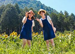 """現役学生たちは、流行中の""""双子コーデ""""でを旅行でも"""