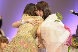 大島優子と前田敦子が喜びの抱擁