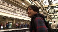 水野良樹 ロンドン電車ホームにて (C)NHK